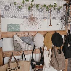 暮らしを楽しむ/DIY女子/DIYのある暮らし/壁面収納棚/壁面ディスプレイ/玄関インテリア/... 玄関は、ディアウォールを使用して、 帽子…