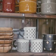 キッチンカウンター上/スープカップ/マグカップ/見せる収納/DIY女子/暮らしを楽しむ/... セリアのマグカップやダイソーのスープカッ…(1枚目)