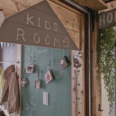 子どもと暮らす/端材リメイク/子ども部屋DIY/子ども部屋インテリア/子ども部屋/端材DIY/... 子どもたちの絵が見える 子ども部屋入り口…
