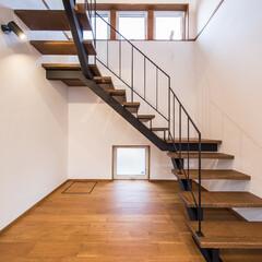 階段/鉄骨階段/廻り階段/アイアン/しっくい しっくい壁とアイアン手すりの鉄骨廻り階段
