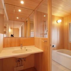 引き込み障子と小上がり畳の可変性を.../洗面/浴室/ハーフユニットバス/TOTO/リノベーション/... ■さわら材+ハーフユニットを用いた木の浴…