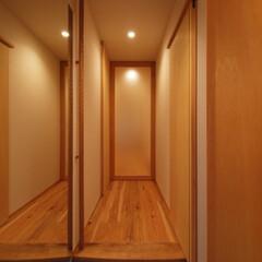 大きな土間収納がある自然素材リノベ.../リノベーション/リフォーム/マンション/玄関/玄関土間/... ■玄関とウォークスルークローゼットを繋げ…