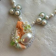 ハンドメイド アクセサリー/ネックレス 友禅着物のリボン刺繍とソウタシエで作った…