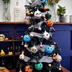 ハロウィンツリー/ハロウィン/100均/ニトリ/ダイソー/100均deハロウィン 去年ダイソーで購入したクリスマスツリーに…(1枚目)
