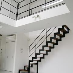 不動産・住宅/階段/リフォーム/リノベーション/ステンレス階段/lobesquare/... 白い空間がブラックのラインで引き締まり、…
