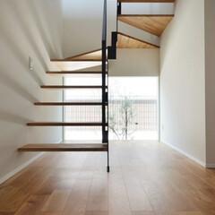 階段/デザイン階段/自然光/白い壁/空間/新築/... 自然光が差し込み空間全体に柔らかなコント…