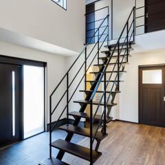 階段/リノベーション/不動産・住宅/新築/玄関/スタイリッシュ/... 玄関を開けるとまず目に飛び込んでくるデザ…