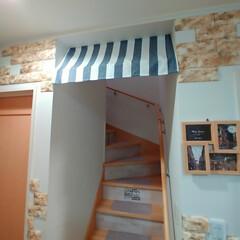 玄関インテリア/カフェカーテン/カフェ風/カフェ/玄関/階段/... 階段にセリアのカフェカーテンをとりつけま…