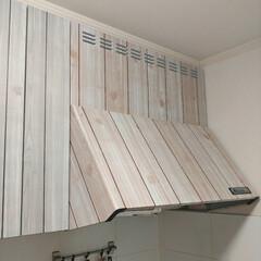 壁紙リメイク/換気扇リメイク/換気扇カバー/換気扇フードリメイク/換気扇/レンジフードカバー/... 前にキッチンに壁紙を貼ってリメイクしまし…