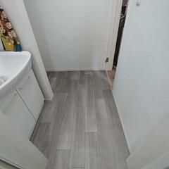洗面所DIY/洗面所/フロアシートリメイク/フロアシート/DIY/住まい/... 洗面所の床が数年前から汚くなってたのと …