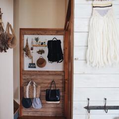 バックパック/ガストンルーガ/有孔ボード/板壁DIY/タペストリー/織物/... 織り機で作ったタペストリーを 玄関の板壁…