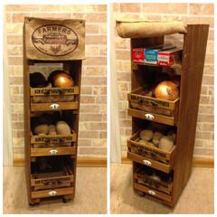 野菜ストッカー/すのこ/セリア木箱/ワトコオイル/麻袋 すのこ板と100均木箱を使って、野菜スト…