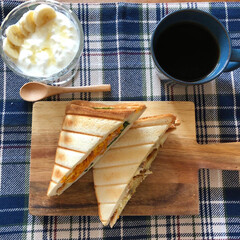 おうちカフェ/ランチョンマット/バナナ蜂蜜ヨーグルト/コーヒー/モーニング/カッティングボード/... おうちカフェモーニング♫ ホットサンドを…