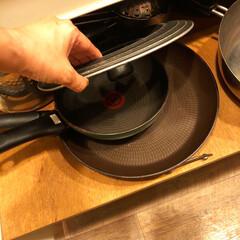ハードチタニウム・プラス フライパン 20cm D51502 | ティファール(フライパン)を使ったクチコミ「キッチンのシンクの下。 たくさんある鍋や…」(2枚目)