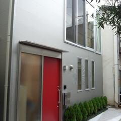 狭小住宅 近隣は昭和に建てられたと思われる2階建て…