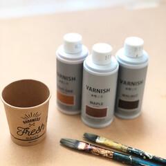 紙コップ/水性ニス/DIY/100均/ダイソー/セリア/... 水性ニスを塗る時は、小さめ紙コップと、絵…