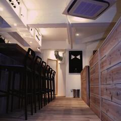 ナチュラル 無垢材の床とベンチシートの背もたれが印象的