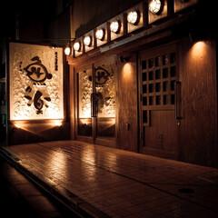 レトロ 木材の温もりと並んだ照明が印象的