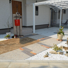 新築/アプローチ/洗い出し/木目平板/角材/和/... 新築 門周り