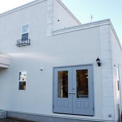 フレンチドア/両開き/漆喰 大きな両開きのフレンチドアが真っ白な漆喰…