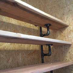 ブリックリンスタイル/インダストリアルインテリア/趣味の部屋/オトナかっこいい/ヴィンテージ/配管パイプ/... OSBボードの壁に造った棚 配管パイプの…