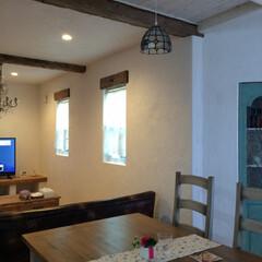 古木/梁/漆喰壁/LD/アンティーク調/おうちカフェ/... 板張り天井に古木の梁がアクセントのリビング