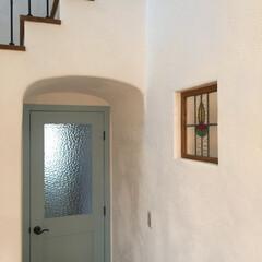 漆喰/リビング/白い壁/ステンドグラス/ナチュラル/階段/... リビングと玄関ホールの仕切りのちょっとレ…