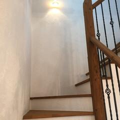 階段/漆喰/自然素材/無垢材の床/アイアン手摺/古木/... 古木とアイアンがアクセントの階段