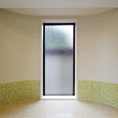 装飾窓/モザイクタイル 壁面にモザイクタイルを貼り込み、花柄のク…