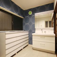 洗面室/青と白/サーモタイル 白の洗面台にサーモタイルを張り、クロスは…