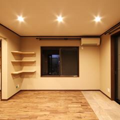 無垢材/ウォールナット/イタリアンタイル リビングスペースは拡大し、床材はイタリア…