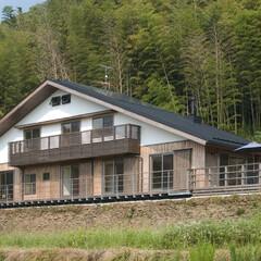 木造/OMソーラ/漆喰/自然素材/地域産木材/手漉き和紙 雪浦の家。大屋根の西面外観。