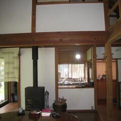 自然素材/漆喰/無垢フローリング/木の家/ローコスト 薪ストーブのあるリビング、ダイニング。桧…