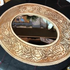 ミラー/鏡/革/ハンドメイド/カービング/レザー/... ミラーのフチ飾りをカービングして革でかが…