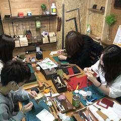 革/革小物/革教室/ハンドメイドレザー/レザー教室 革教室風景 皆さん集中して革小物制作に取…