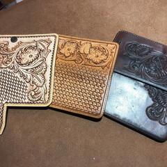 スマホケース/スマホ/iPhone/革/レザー/ハンドメイド/... ヌメ革のスマホケース 左は新品、中は2年…