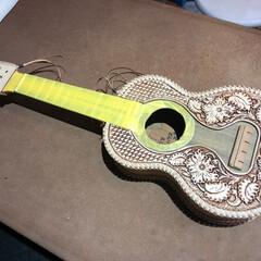 革/彫刻/カービング/ギター/ウクレレ/ハンドメイド/... ウクレレギターに革を巻き 革彫刻(カービ…