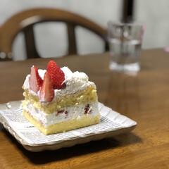 Instagram @maaco.uw/ショートケーキ/ケーキ/セリア/100均アイテム/100均食器/... おうちじかんが増えたおかげでスポンジケー…