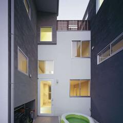 ナチュラル/白/開放的/二世帯住宅/グリーン/路地空間/... 都内住宅地に建つ二世帯住宅。  二世帯に…