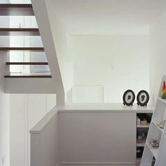 ナチュラル/白/開放的/二世帯住宅/窓/風/... スキップフロアを半階移動する度に様々な高…