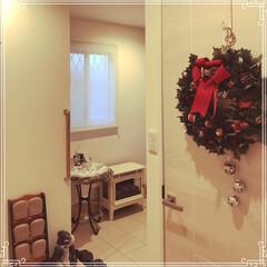 クリスマスリース/ホワイトインテリア/暖炉型ヒーター/クリスマス/玄関ホール 玄関ホール。 スリッパ立ての後ろ側は、お…