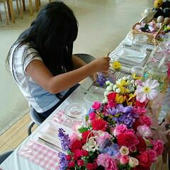 ハンドメイド体験中 ふるさと村にて、手作り体験中の娘。瓶に造…