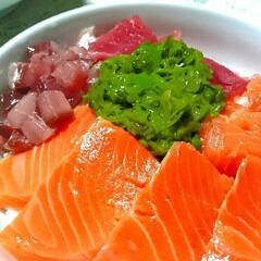 グルメ/おうちごはん/海鮮丼 昨日の晩ご飯は三色丼作りました❤メカブを…