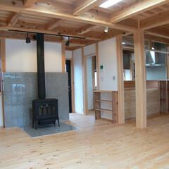 薪ストーブ/LDK/木組みの家/土壁の家/大工 居間の中心には薪ストーブが座ります。冬は…