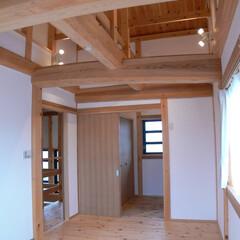 小屋組/丸太/刻み/大工/杉 二階の寝室には小屋組みの杉丸太を意匠とし…