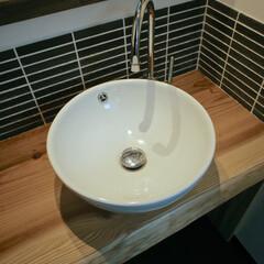 手作り洗面台/無垢材/設計/デザイン/健康住宅/工務店/... 無垢の一枚板に細めのボーダータイルが素敵…(2枚目)