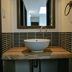 手作り洗面台/無垢材/設計/デザイン/健康住宅/工務店/... 無垢の一枚板に細めのボーダータイルが素敵…(1枚目)