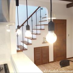 照明/フレンチハウス/自然素材/注文住宅/宇治市/京都府 真っ白なタイルのキッチンカウンターの上に…