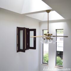 シーリングファン/吹き抜け/フレンチハウス/自然素材/注文住宅/宇治市/... シーリングファンと開き窓を設けた階段上の…