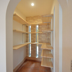フレンチハウス/かわいいお家/塗り壁/テラコッタタイル/シューズクローゼット/土間収納/... アーチ型の出入り口が可愛い 玄関横のウォ…